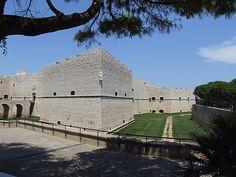 Dans le Sud de l'Italie, déguster une forteresse à l'ombre d'un grand arbre est un vrai plaisir. Et ce plaisir je l'ai eu à Barletta. De plus, l'odeur de la mer Adriatique amplifie les sensations.