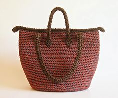 This pattern is for you to crochet a spacious tote. You'll avoid seams by crocheting the main piece in the round. Crochet two contrasting colors together and create an interesting color pattern. You will find images for the entire process and detailed written instructions.