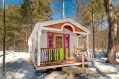 This is the Apple Blossom Cottage. It's a tiny house in Jamaica, Vermont. And you can book a stay in it if you wish! This charming little cottage is built by the Jamaica Cottage Shop. Please …