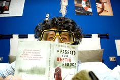 """Roberta è letteralmente """"immersa"""" nella lettura di #ilpassatoèunabestiaferoce! http://www.massimopolidoro.com/i-libri/il-passato-e-una-bestia-feroce"""