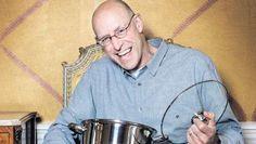 De mens heeft zich de keuken uit laten jagen door de voedselindustrie. En die heeft onze gezondheid niet voor ogen, zegt schrijver Michael Pollan.