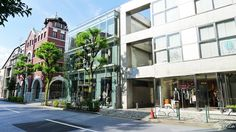 【東京魅力】青山  東京都港區的青山通到六本木通的青山周邊,彙集了國外高端品牌的商店、時尚雜誌上令人眼熟的商店。這一地區在年輕人中人氣頗高,時尚用品店、咖啡店等散佈其間的KIRA通大街、綜合時裝大廈鱗次櫛比的幸通大街,有多條購物大街,古董店雲集的古董街、時尚西餐廳等,洋溢著沉靜的成人世界氛圍。  服裝店和美容院數量非常多,時常看到行駛在道路上的高級進口車,其數量據說是日本第一。街道整潔、時尚,所以還常被用作電影、電視劇的外景。還可以在展出東方古代珍貴美術作品的根津美術館、美術家岡本太郎的畫室兼故居岡本太郎紀念館進行藝術鑒賞。有青山靈園、赤阪御用地等,還是綠樹成蔭的高檔住宅區,可謂高尚考究之地。  資料來源:http://www.japan-i.jp/cht/index.html