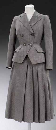 Este modelo representa um dos mais típicos do início dos anos 50. Aos poucos os ternos foram ficando mais coloridos e com os ombros menos rígidos