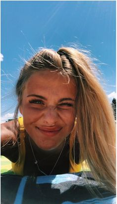 50 Simple Summer Hairstyles To Do Yourself Summer is a great time to try a new hairstyle, whether it's short, medium or long; a timeless classic cut […] Summer Pictures, Beach Pictures, Beach Pics, Foto Casual, Insta Photo Ideas, Insta Pic, Summer Goals, Summer Aesthetic, Summer Hairstyles
