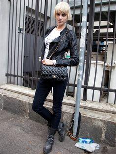 Model mit der Chanel Tasche
