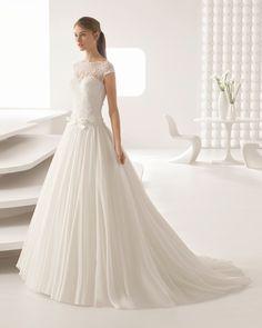 Vestido de novia estilo linea a de encaje pedrería y voile con escote ilusión. Colección 2018 Rosa Clará.