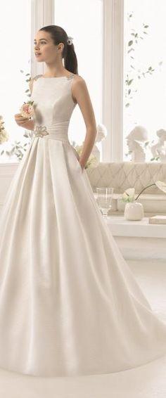 gefunden bei HAPPY BRAUTMODEN Brautkleid Hochzeitskleid elegant edel spanisch Aire Barcelona AireBarcelona fließender Rock Spitze Mikado