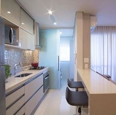 Browse photos of Small kitchen designs. Discover inspiration for your Small kitchen remodel or upgrade with ideas for organization, layout and decor. Küchen Design, Design Case, House Design, Kitchen Interior, Kitchen Decor, Interior Decorating, Interior Design, Little Houses, Small Apartments