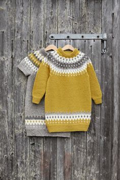 282-6 - Vardetunika med korte eller lange ermer | Rauma Garn Crochet Baby Sweaters, Knit Crochet, Knit Baby Dress, Fair Isle Knitting, Baby Knitting Patterns, Crochet For Kids, Kids Fashion, Sarees, Clothes