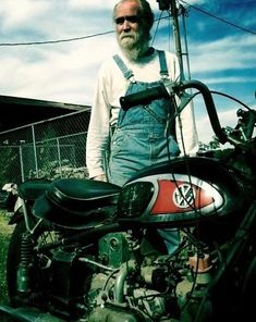The Von Dutch motorcycle.now owned by Mike Wolfe, American Pickers. Harley Davidson Bike Images, Harley Davidson Iron 883, Classic Harley Davidson, Harley Davidson Street Glide, Womens Motorcycle Helmets, Motorcycle Images, Motorcycle Girls, Motorcycle Garage, Harley Panhead