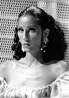 35 Styles Cher Rocked Over The Years Cher has never met a feather she didn't like. Look Vintage, Vintage Glamour, Vintage Beauty, Vintage Ladies, Vintage Makeup, Twiggy, Pretty People, Beautiful People, Divas