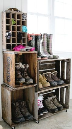 A vintage crate boot rack. A vintage crate boot rack. You can use as many crates you like to create this awesome shoe storage system - much more elegant than piling muddy boots on the floor. Vintage Crates, Diy Vintage, Vintage Home Decor, Diy Home Decor, Vintage Stuff, Rustic Decor, Rustic Style, Rustic Design, Vintage Homes