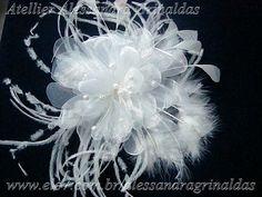 Flor em penas e plumas com miolo em organza cristal, com perolas e strass . Tamanho aproximado de diâmetro 15 cm com as penas. R$85,00