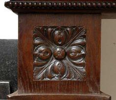 Большой старинный камин с вытяжным колпаком, изготовленный из дубового дерева.