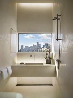 Banheiro minimalista com janela com vista