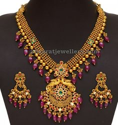 Gold Antique Necklace with Matching Chandbali Earrings, Gold Necklace with Chandbali Designs. Pearl Necklace Designs, Jewelry Design Earrings, Antique Necklace, Jewellery Designs, Stone Necklace, Clean Gold Jewelry, Gold Jewellery, Temple Jewellery, Antique Jewellery