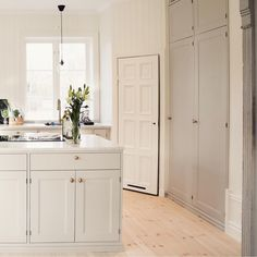 White kitchen with corner cabin Interior Design Videos, Interior Design Business, Rustic Kitchen, Kitchen Dining, Kitchen Decor, Kitchen Interior, Interior Design Living Room, Paint Colors For Living Room, Cuisines Design