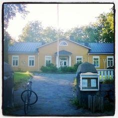 Aulangon Kievari - kauniissa päärakennuksessa on tarjolla oikein maistuva lounas, ja talon takana terassilta on järvimaisema Vanajalle.