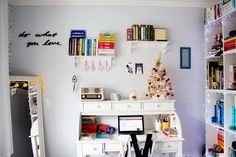 My bedroom: http://melinasouza.com/2014/12/29/decoracao-frases-na-parede/ #desktop #bedroom #bookshelf