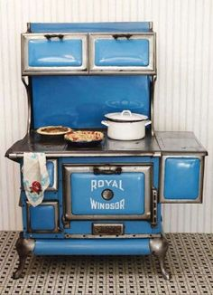 An eye-catchingly beautiful 1920s Royal Windsor stove. #vintage #kitchen #stove #oven