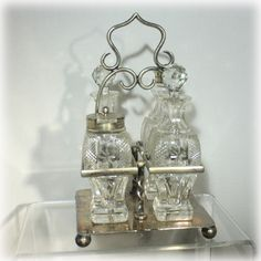 Formal silverplate and glass English cruet / castor set with elegant and simple lines. Made by Hammond Creake & Company in the 1880s, in silverplate and uranium glass. Highly stylized pressed glass 4