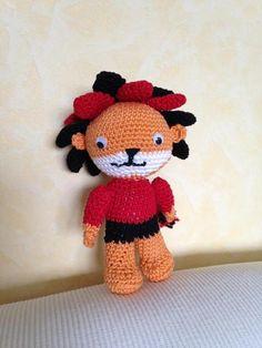 Dieser kleine Löwe kommt im sportlichen Dress (schwarz-rot) daher und ist von Hand gehäkelt.  Er macht sich gut auf der Couch oder am Nachttisch....