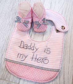 Bavaglino personalizzato e scarpine // Customizable bib and little shoes for babies by ideedistoffa via it.dawanda.com