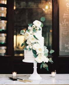 Who's a fan of white wedding cakes? Here we bring you an inspo that adds in some greenery into the white delicacy. Minimalist and rustic at…