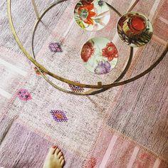 #Kaffeepause mit Stil. Auf Sukhi.de finden Sie vielfältige #Wohnideen für jeden persönlichen Wunsch. Ihren Teppich können Sie ganz nach persönlichen Angaben gestalten lassen und direkt aus den Händen unserer Handwerkern bekommen. Wie ist das möglich? Erfahren Sie mehr über Sukhi hier: http://www.sukhi.de/uber-sukhi/