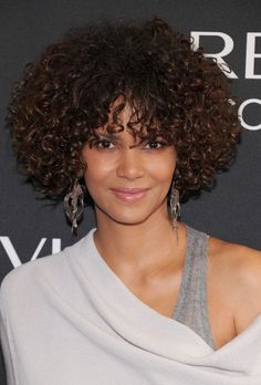 Halle Berry Short Curls hair-and-beauty Halle Berry Hairstyles, Curly Bob Hairstyles, Short Curly Hair, Celebrity Hairstyles, Hairstyles With Bangs, Weave Hairstyles, Cool Hairstyles, Short Haircuts, Short Curls