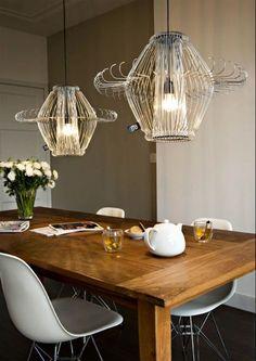 Lamp van kledinghangers