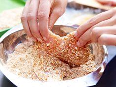 Wir zeigen 5 leckere Ideen für Schnitzel-Panade aus Knabberkram und Co. Die werden genauso knusprig und goldbraun wie die klassische Variante.