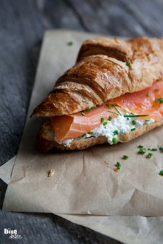 Smoked Salmon on croissant with cream cheese and chives. Smoked Salmon on croissant with cream cheese and chives. Croissant Sandwich, Cheese Croissant, Baguette Sandwich, Breakfast Desayunos, Quick Healthy Breakfast, Breakfast Ideas, Breakfast Sandwiches, Brunch Ideas, Healthy Brunch