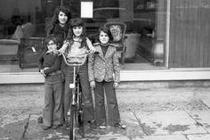 Vom Möbelladen zur Trinkhalle:  Selbstbewusst posieren diese vier Mädels mit...