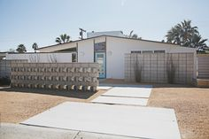 Palm Springs Xeriscape Mid Century Modern Landscaping, Spring Home, Cheap Web Hosting, Palm Springs, Midcentury Modern, Facade, Home Improvement, Front Yards, Landscape