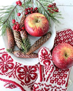 Dette er et av mine julekort som jeg har trykket opp i år..enkelt og naturlig akkurat som jeg liker det😊Har endelig hatt en god natt søvn i dag så ting er på bedringens vei👍Takk for omtanken fra dere💛 I dag står nye kreative prosjekter på planen👍 #christmas #naturmaterialer #naturaldesign #strikket #jul