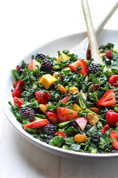 The Best Kale Summer Salad - The Balanced Berry - Salad Recipes Healthy Eating Habits, Healthy Salads, Kale Salads, Avocado Salads, Healthy Lunches, Spinach Salad, Healthy Food, Vegetarian Recipes, Cooking Recipes