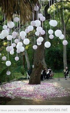 Globos y cintas cayendo de árboles, ideas para decorar una boda en jardín | Decoración bodas | Decoración de bodas originales