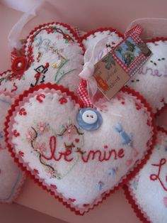 Cute felt valentine - Creative Breathing: Trickle Down Theory Valentines Day Hearts, Valentine Day Love, Valentine Day Crafts, Valentine Decorations, Holiday Crafts, Homemade Valentines, Valentine Wreath, Valentine Ideas, My Funny Valentine