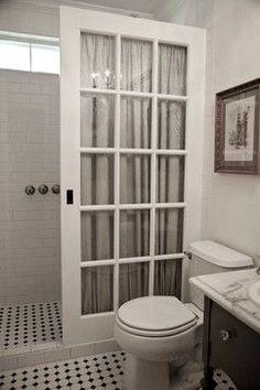 Riproposto vecchia porta a scomparsa francese al posto di una cabina doccia in vetro per una frazione del costo, nonché una caratteristica architettonica fresco .: