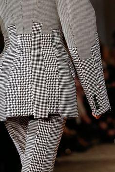 See detail photos for Alexander McQueen Spring 2018 Ready-to-Wear collection. #alexandermcqueendress #alexandermcqueenreadytowear #alexandermcqueenrunway #alexandermcqueen2018