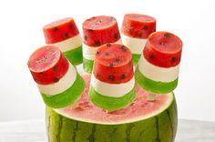 Plongez dans l'été grâce à nos sensationnelles sucettes glacées Melon d'eau. Des couches de poudre pour gelée JELL-O et un centre onctueux créent une sucette fruitée sans dégât.
