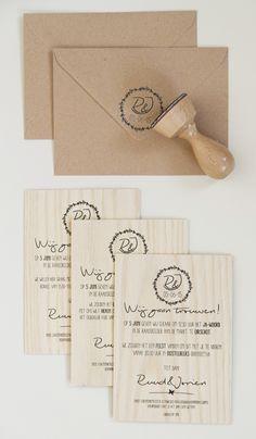 Uitnodiging voor bruiloft op hout met bijpassende envelop van kraft papier