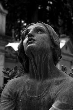 Gli angeli del Verano, opere d'arte tra le tombe - Repubblica.it Mobile Cemetery Angels, Cemetery Statues, Cemetery Art, Arte Horror, Effigy, Arte Pop, Renaissance Art, Aesthetic Art, Photo Art