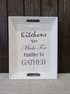Puinen tarjotin, jossa teksti: Kitchens are made for families to gather.