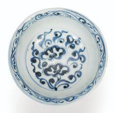 COLLECTION PARTICULIÈRE FRANÇAISE Rare coupe à pied en porcelaine bleu blanc Dynastie Yuan A RARE BLUE AND WHITE STEM CUP, YUAN DYNASTY Estimate 15,000 — 20,000 EUR