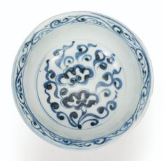Rare coupe à pied en porcelaine bleu blanc, Dynastie Yuan