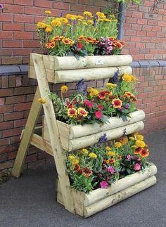 Mit ein wenig Holz, einer Säge und etwas Kreativität bauen Sie selbst die tollsten Dinge für den Garten. Möchten Sie einen einzigartigen Gegenstand für Ihren Garten, der nicht im Handel erhältlich ist? Schauen Sie sich dann auf jeden Fall diese 13 selbstgebauten Pflanzkübel an!