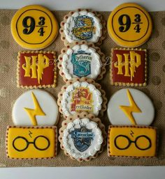 Here you'll find the best Harry Potter wedding ideas for a fun + wizardly wedding day. From Harry Potter inspired invites to butterbeer candle favors, everything is here. Baby Harry Potter, Harry Potter Cupcakes, Harry Potter Torte, Harry Potter Motto Party, Harry Potter Desserts, Harry Potter Treats, Harry Potter Thema, Cumpleaños Harry Potter, Harry Potter Birthday Cake