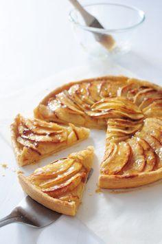 Et me voilà poussant à nouveau les portes de l'interface de mon blog resté en stand by depuis 12 jours ... Très contente de revenir ici, ça veut dire que ma fille va mieux, que je reprends pied peu à peu après avoir éliminer les uns après les autres les... Pear Dessert Recipes, Tart Recipes, Apple Recipes, Cooking Recipes, Mousse Au Chocolat Torte, Puff Pastry Recipes, Sweet Pastries, Sweet Tarts, Apple Pie